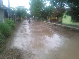Jalan Poros Desa Kalijaya Layaknya Kubangan Kerbau