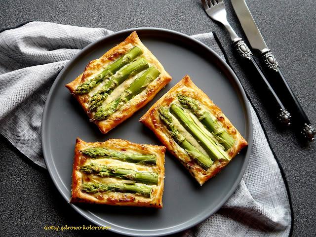 Tartaletki z ciasta francuskiego ze szparagami - Czytaj więcej »