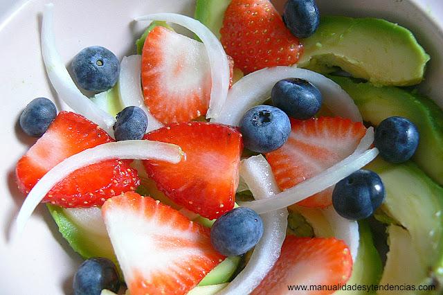 receta de ensalada de frutos del bosque y aguacate