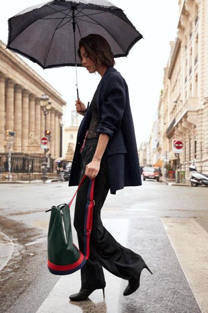 Черные свободные брюки с красным лампасом с жакетом oversize
