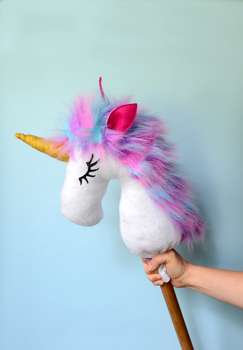DIY Unicorn Style Hobby Horse! Cute and easy kids craft idea! #diy #kidscraft #unicorndiy #unicorn #unicorntheme #unicorncraft