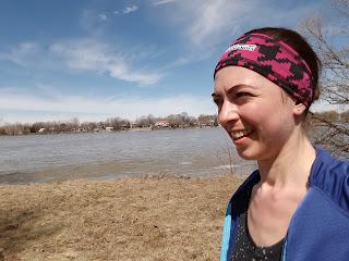 Coureuse souriante, parc de la Merci, rivière des Prairies, printemps