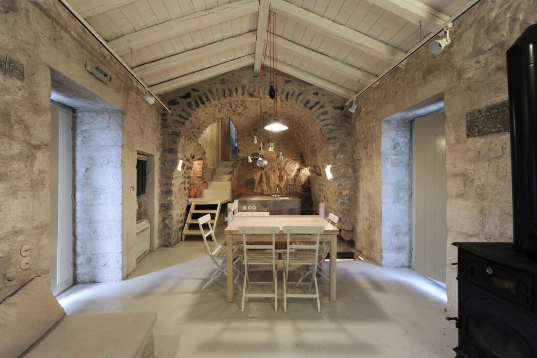 Decordemon traditional tower house in mani greece by z for Stone house interior