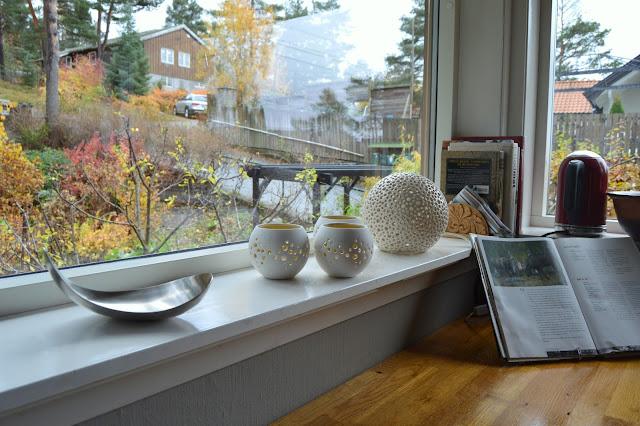 Tidløst design i interiøret. Kjøkkenbenk med stilleben i vinduskarmen. Furulunden