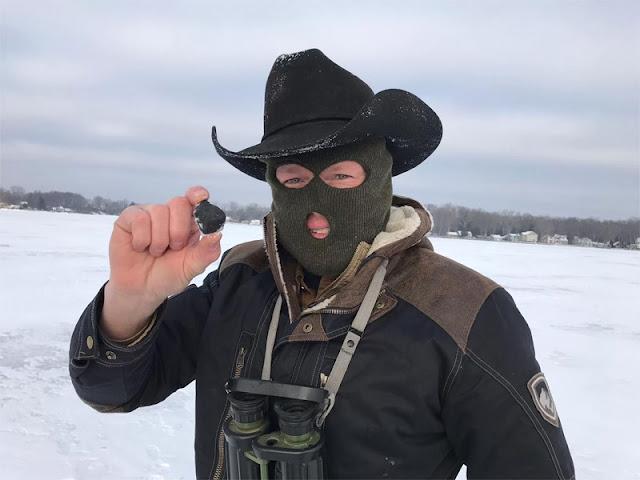Robert Ward mostra um dos meteoritos encontrados por ele em 18 de janeiro de 2018 em Michigan - Creditos - Darryl Landry