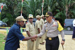 Kunjungi Poskamling di Kampung Inswanbesi, Kapolres Biak Numfor Berikan Perlengkapan Poskamling