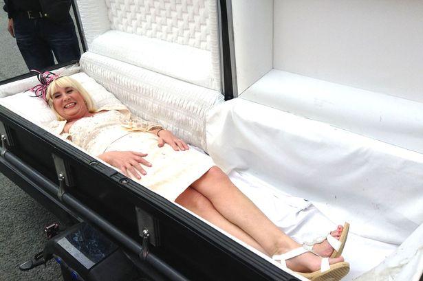 Cô dâu từ quan tài bước đến lễ đường