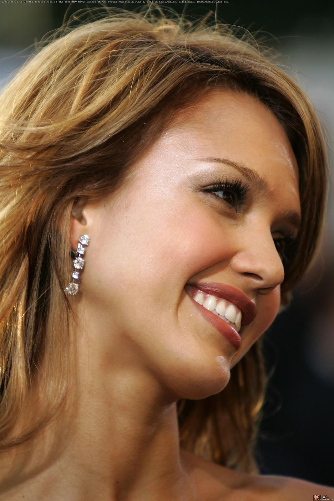 Popular Stars Beautiful Smiling Star Jessica Alba-7896