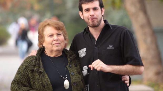 Abuela intenta conseguir novia a su nieto