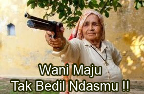 wanita tua membawa senjata api dan berkata
