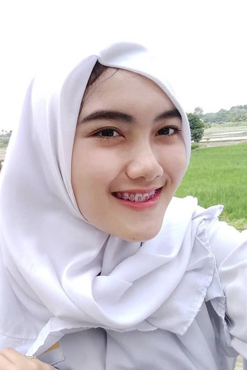 Siswi Jilbab SMA Cantik jepang mengibaskan rok