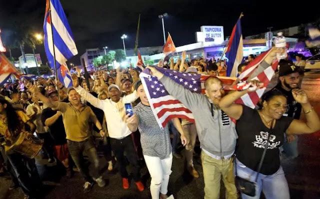 Dezenas de cubanos se reuniram na madrugada deste sábado (26) com bandeiras de seu país e dos Estados Unidos no restaurante Versailles, em Miami, após tomarem conhecimento da morte de Fidel Castro