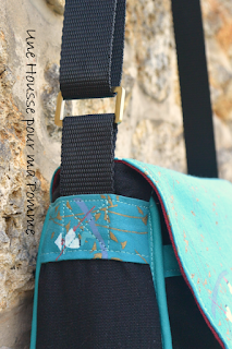 sac à main besace rectangulaire tissu noir et tissu motifs pécheurs chinois bleu canard et doré, (tissu chinés en brocante pour l'esprit récup :)), intérieur coton bordeaux, deux poches en soufflet devant, passepoil assorti bleu canard, entièrement doublé pour le rendre semi rigide, anse noire en nylon, boucles couleur doré patinées vieillies, poche intérieur à zip avec rappel du tissu chinois, fermeture de la besace à l'aide de deux aimants patinés.  Dimensions : 26 x 19 x 9 cm.  Entièrement fait à la main par mes soins.