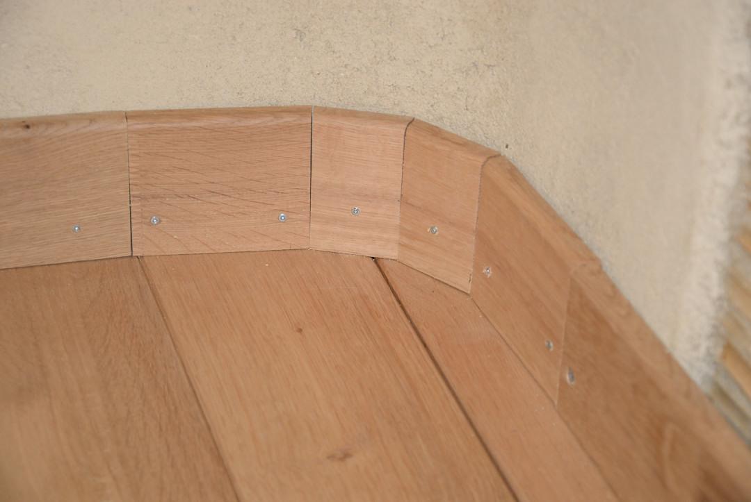 coller des plinthes mur pas droit. Black Bedroom Furniture Sets. Home Design Ideas