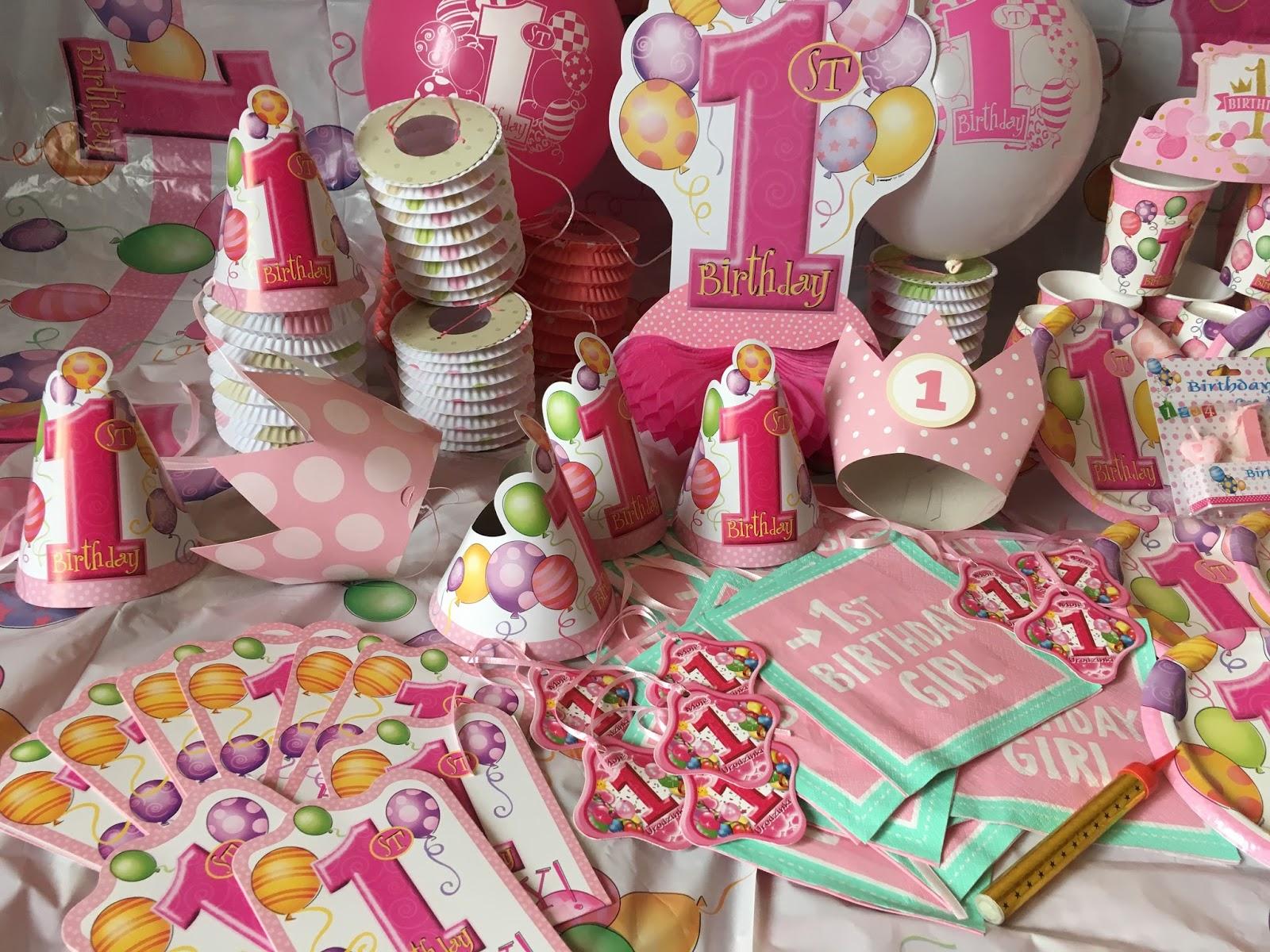 dużo dekoracji na pierwsze urodziny dla dziewczynki
