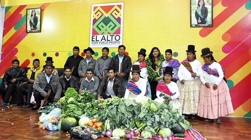 Chapetón junto a la Asociación Integral de Verdaderos Productores del Valle y Altiplano Paceño