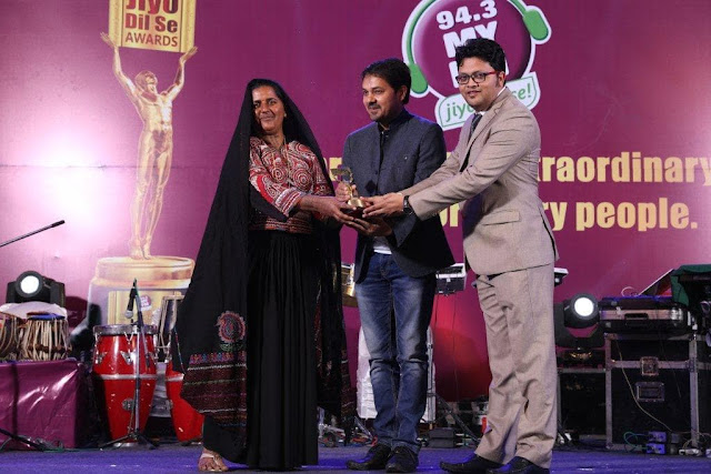 Pabi Ben receiving awards from Mr. Anuj Sharma, Actor and Nishant Vijayavargiya, 94.3 MY FM
