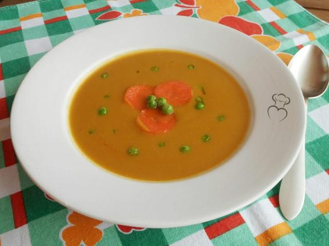 Sopa de guisantes con picatostes de zanahoria