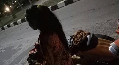 Wanita Ini Heran Banyak Pengendara Berhenti Saat Ban Motornya Bocor Malam Hari, Benar Saja...