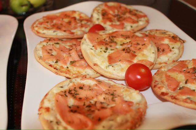 Mini pizza à la crème fraîche et au jambon