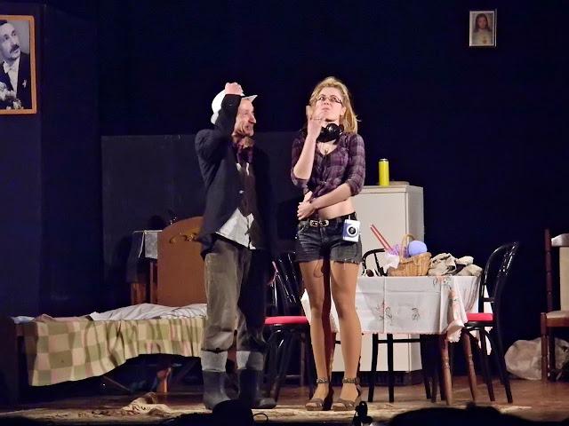 dziewczyna, mężczyzna w gumofilcach, przedstawienie, teatr amatorski