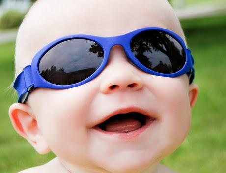 Foto bayi lucu keren memakai kacamata