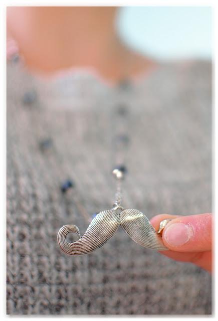 sautoir moustache movember porté