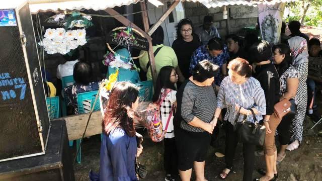 Didampingi Suami, Debby Rende Melayat ke Rumah Duka Keluarga Senduk - Rampen