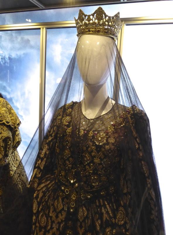 Assassins Creed Queen Isabella costume