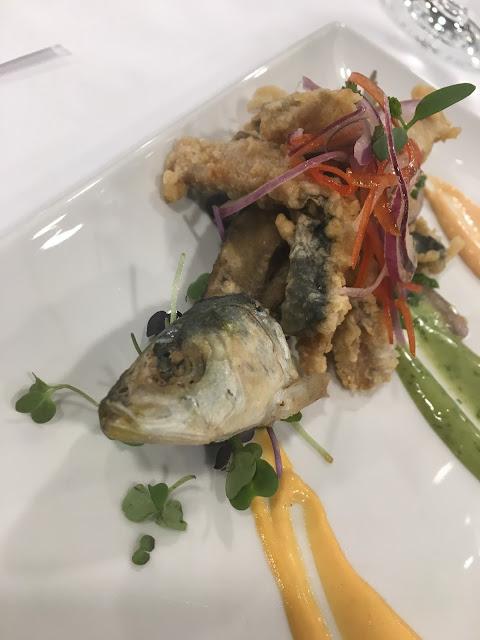 Tempura de sardina con salsa de ajíes y ensalada criolla.