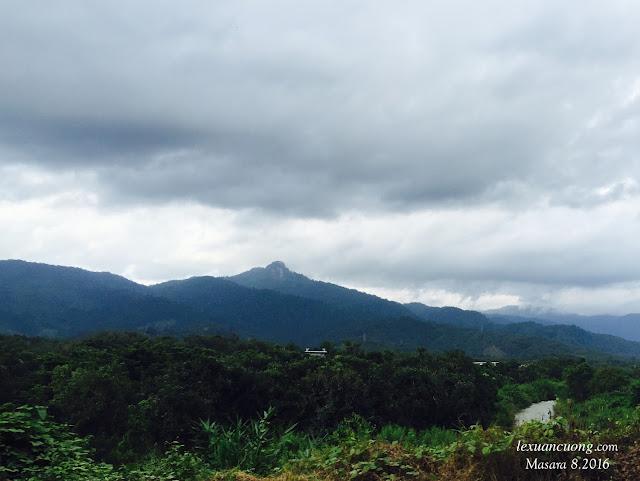 Đỉnh núi Lú Mu nhìn từ QL20