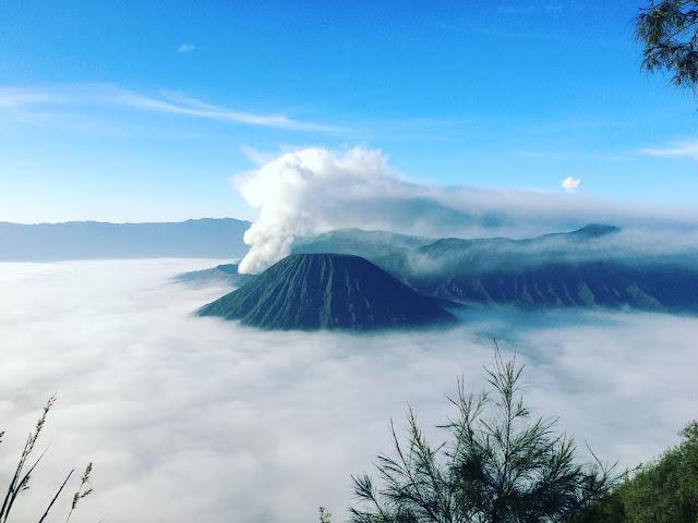 foto lautan awan di gunung bromo