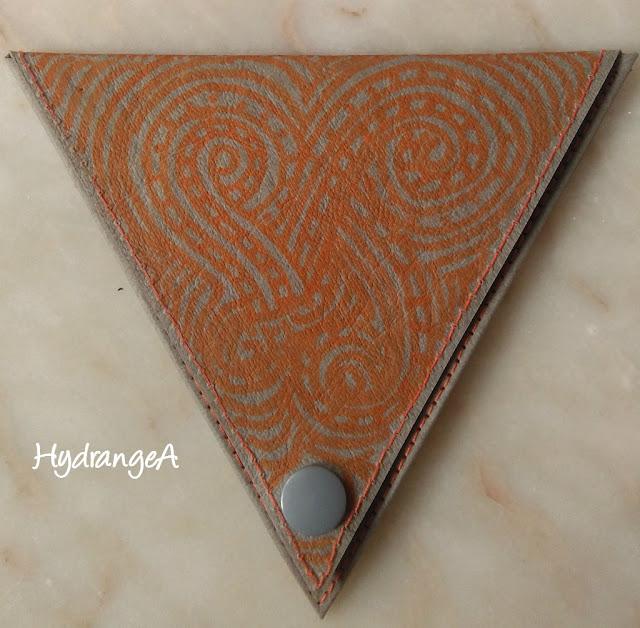 Portamonedas-Krfat-Tex1 forma de triángulo y zentangle naranja
