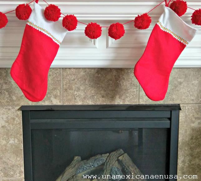 Decora tu hogar con esta Guirnalda Navideña hecha con pompones de estambre. DIY by www.unamexicanaenusa.com