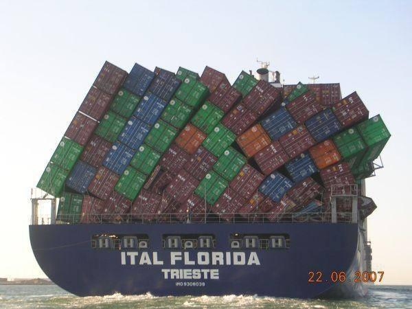 muatan kapal cargo yang dikit lagi ambrol