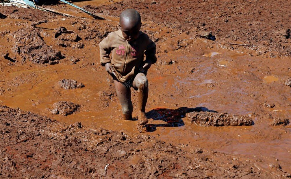 Catastrofe in Kenya: cede la diga per le forte piogge, almeno 20 bambini morti tra le decine di vittime