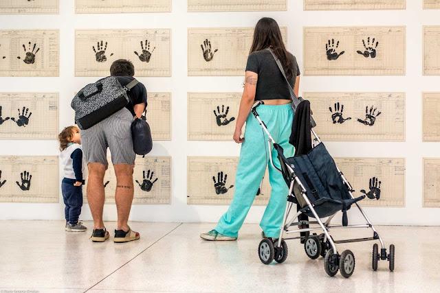 Criança com os pais no museu