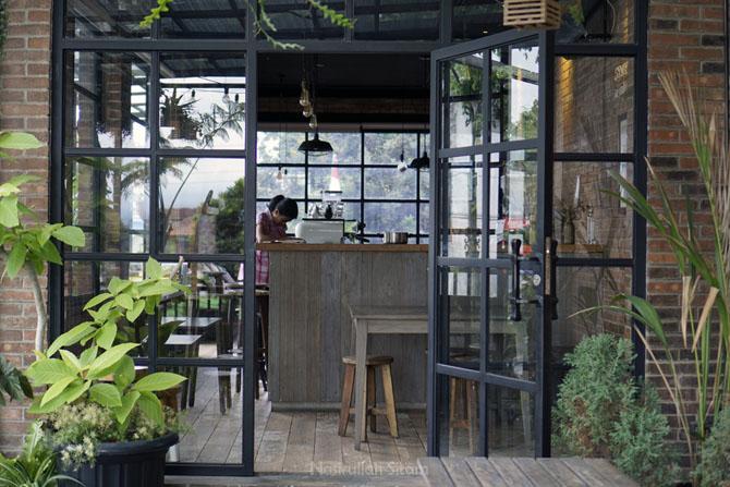 Bagian dalam The Coffee Cabin Bar Magelang