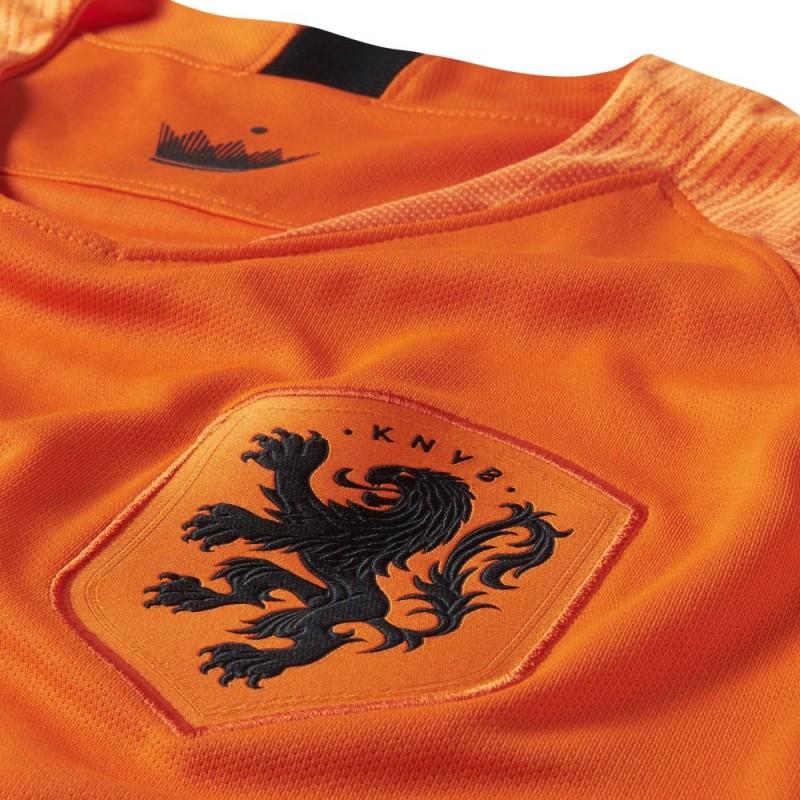Nike divulga as novas camisas da Holanda. A Nike apresentou os novos  uniformes que a seleção da Holanda usará na temporada 2018 19. O modelo  titular ... 1144555d3146b