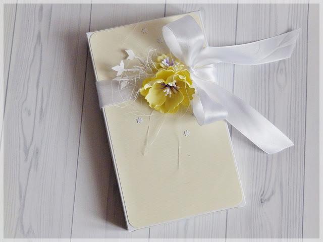 Nieobecność, zmiany i delikatna kartka w pudełku z okazji chrztu świętego