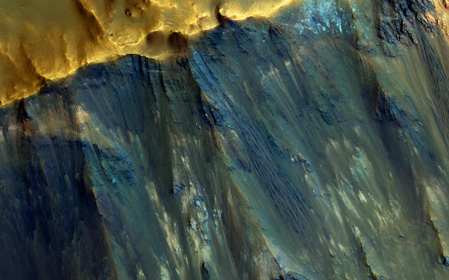 Hues in a Martian crater slope
