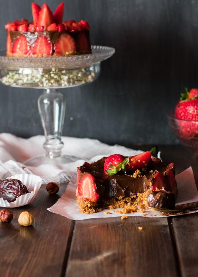 Tarta de chocolate con fresas saludable y crudivegana
