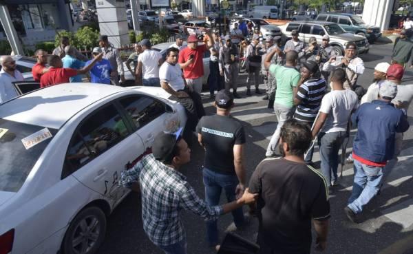 Choferes paralizan 24 rutas por alza de combustibles en Santiago