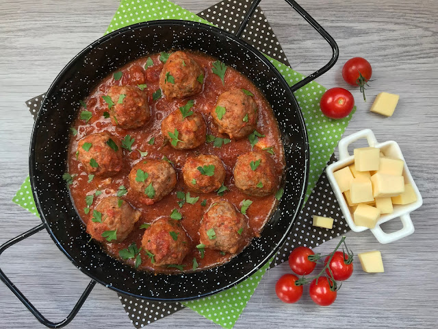 albóndigas rellenas de queso con salsa de tomate receta
