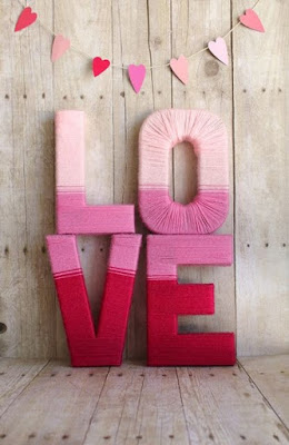 Palabra con letras 3D adornada con lanas