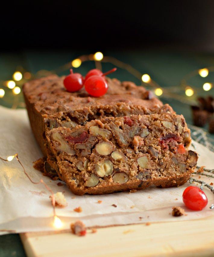 Torta de frutos secos, aromatizada con especias y licor, decorada con cerezas marrasquino