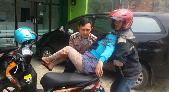 Kisah Polisi Karawang Bantu Ibu Hamil yang Pingsan di Jalan