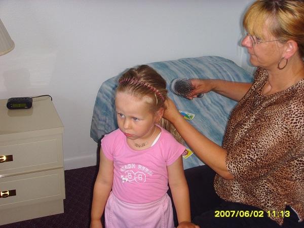 Unsere Tochter bekommt die Haare in unserem Apartment in Florida von meiner Frau gemacht