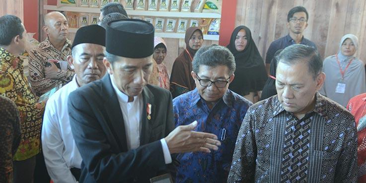 Presiden Jokowi menjawab pertanyaan wartawan usai menghadiri Penyerahan Bansos PKH dan KIP di Pekalongan Barat, Pekalongan, Jateng, Minggu (8/1/2017) siang.