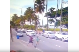 Mulheres estapeiam bandido em tentativa de assalto e homem é rendido na orla de JP